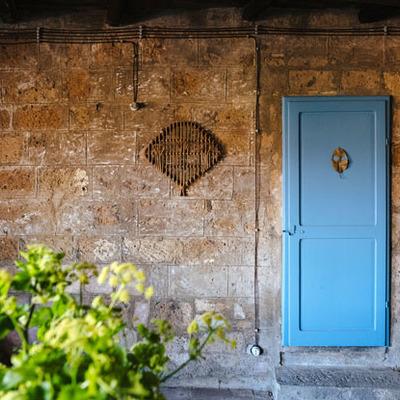 Pared de ladrillo con puerta pintada