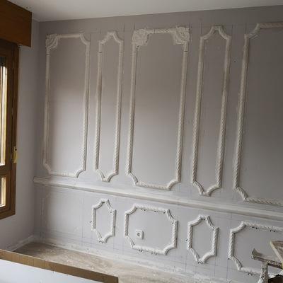 Decoración de paredes con baquetones de escayola