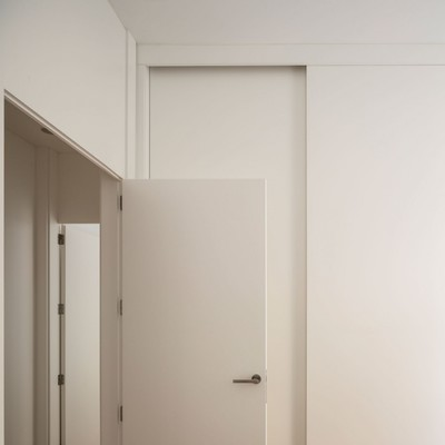 Puerta lacada en blanco latest puerta lacada escalera h for Puertas y paredes blancas