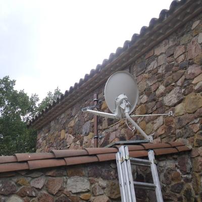 Instalación de antena parabólica para recepción de internet por satélite