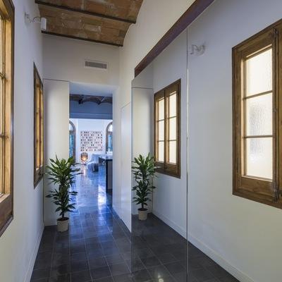 Pasillo con ventanas de madera