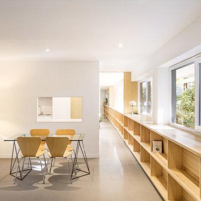 pasillo con estantería de madera