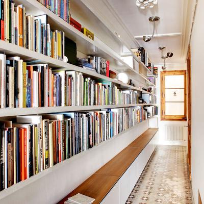 Pasillo con librería a medida
