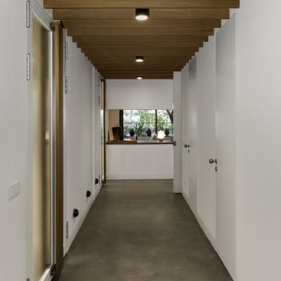 Pasillo con techo de madera