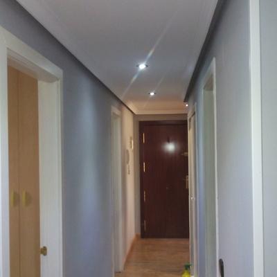 Alisado de pasillo paredes y techos con moldura de escayola y pintura plastica de primera calidad
