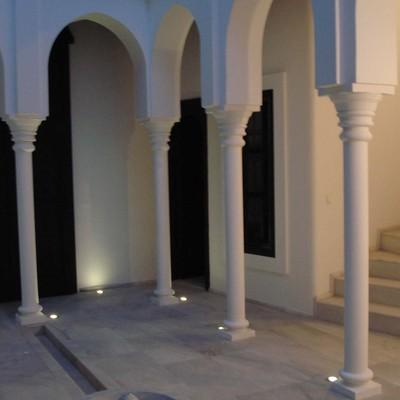 Patio 2, con fuente a medida y columnas-arcos árabes.