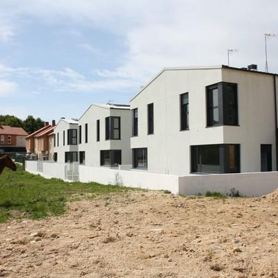 Patios traseros de las viviendas y finca adyacente