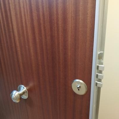 Puerta blindada con perfil cerradura de borjas o bombín de seguridad reforzado