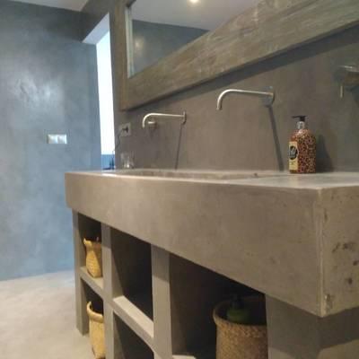 Pila de hormigón, estantes, suelo y paredes en microcemento.