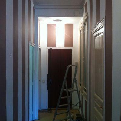 Pintar rayas en una pared blanca