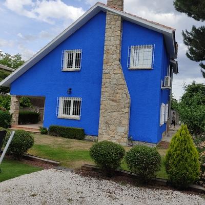 Pintura de fachada con tirolesa en azul manchego