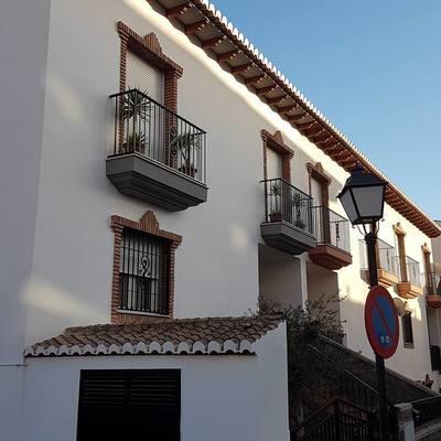 Pintura en fachada delantera y rejas