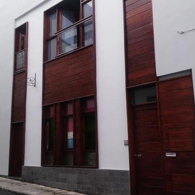 Pintura exterior de fachada y superficies de madera exterior ventanas y puertas.