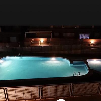 Instalación de luminaria en piscina comunitaria