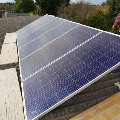 Instalación de placas solares en nave agrícola