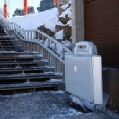 Plataforma salvaescaleras en estación de esquí.