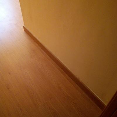 Instalación de suelo laminado en vivienda