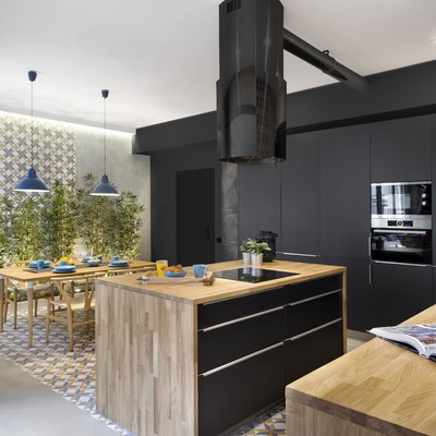 Cocina en madera y negro