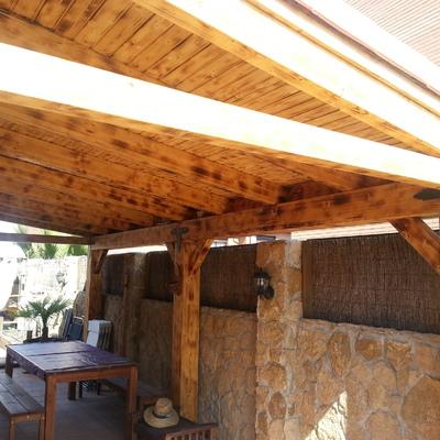Reforma de patio con porche de madera rústico