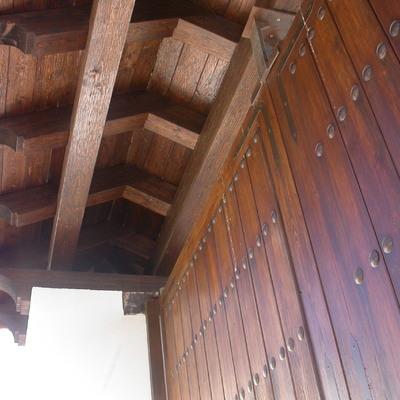 Portada con porche en madera maciza