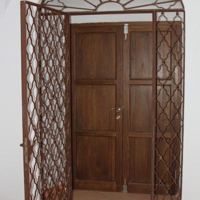 Portón de entrada de madera y forja.