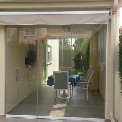 Cerramiento para terraza con cortina de cristal.
