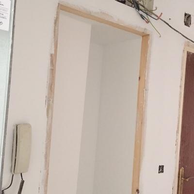 """Instalacion de puertas lacadas en blanco con 4 fresados """"pico de gorrion"""" horizontales"""
