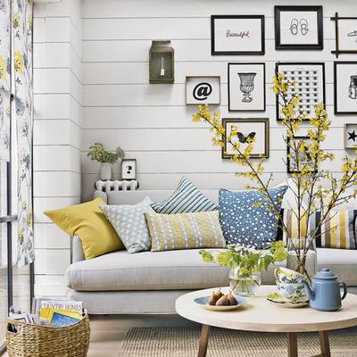 salón blanco con textiles estampados