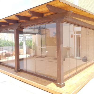 Porche de madera acristalado con cortinas de cristal