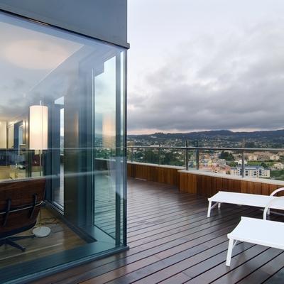 ¡Enamórate de este piso y sus grandes ventanales!