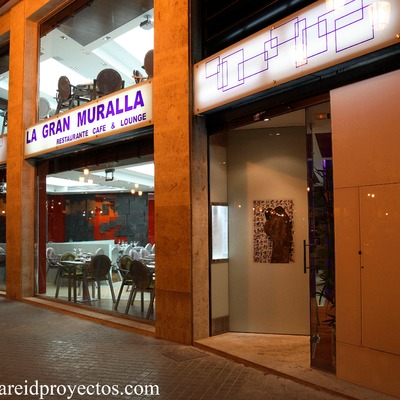 """Proyecto y Dirección de Obra de reforma integral, actividad y diseño de muebles del restaurante """"La Gran Muralla"""", (Plaza Porta de la Mar), Valencia."""