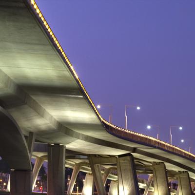 Iluminación del puente Moulay Hassan en Rabat, Marruecos