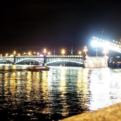 Iluminación del puente Trotsky en San Petersburgo, Rusia