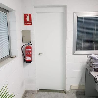 Cambio de puertas en una nave industrial (Rubí)