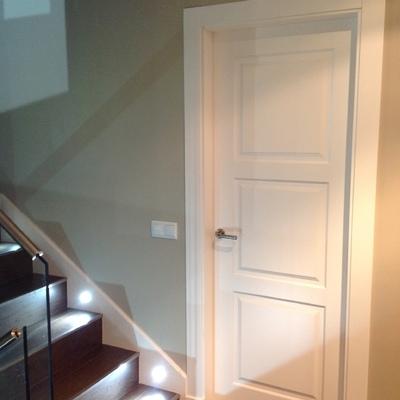 Puerta 3 cuadros lacada blanco con plintos
