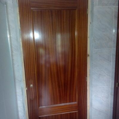 Colocacion de tarima, pintura y lacado en blanco de puertas de sapeli