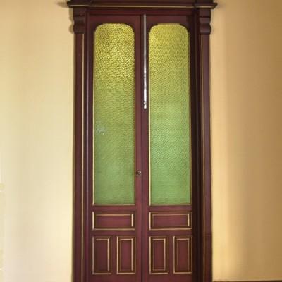 Puerta con dos hojas y cristalera