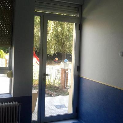 Puerta con fijos y persiana motorizada