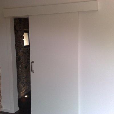 Puerta corredera con galería