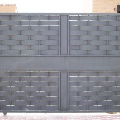 Puerta corredera en chapa entrelazada