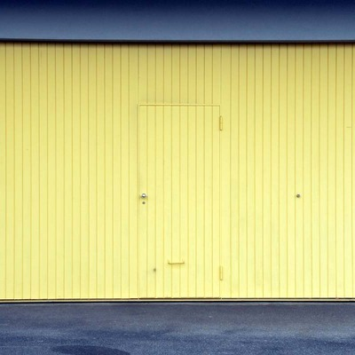 puerta de garaje de aluminio amarilla