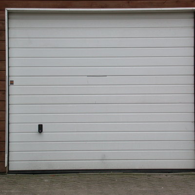 Puerta de garaje metálica blanca