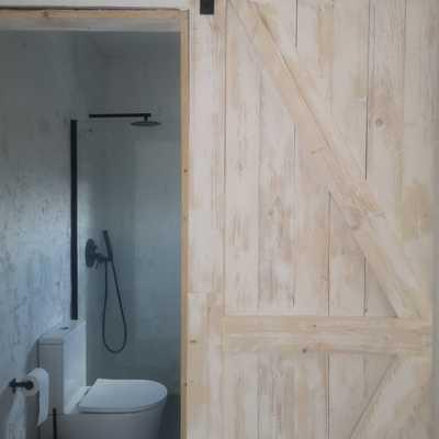 Fabricación a medida de puerta de granero para apartamento