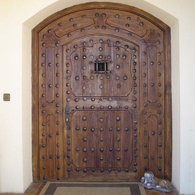 Puerta de madera de medio punto de una sola hoja