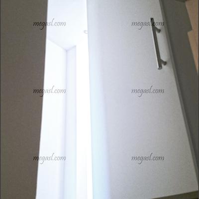 Cerrar hueco de escalera con una puerta lacada en blanco de apertura pivotante en Madrid