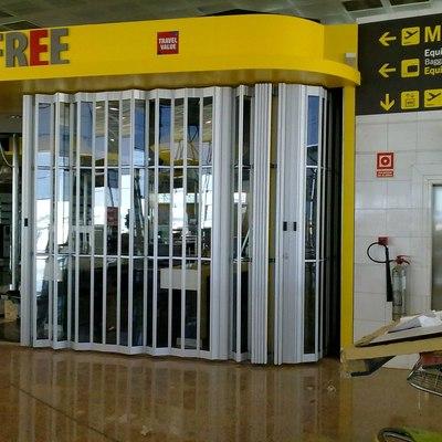 Puerta plegable de aluminio.