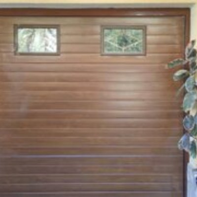 Puerta seccional con visores en imitacion madera