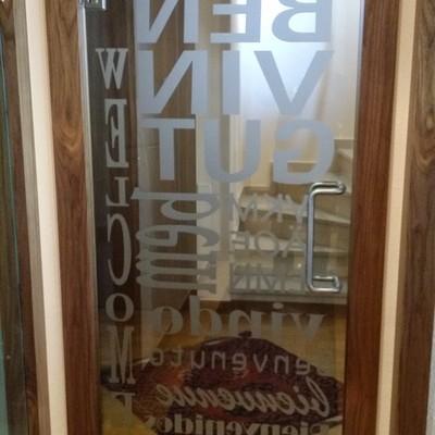 Puerta templada serigrafiada en Barcelona