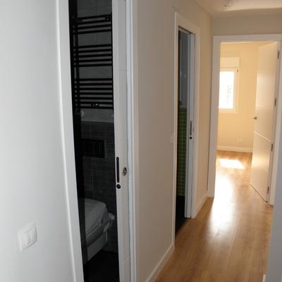 Puertas correderas con armazón (cassoneto) en cuartos de baño por Traber Obras SL..