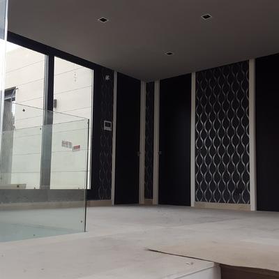 puertas lacadas en negro con bisagra oculta